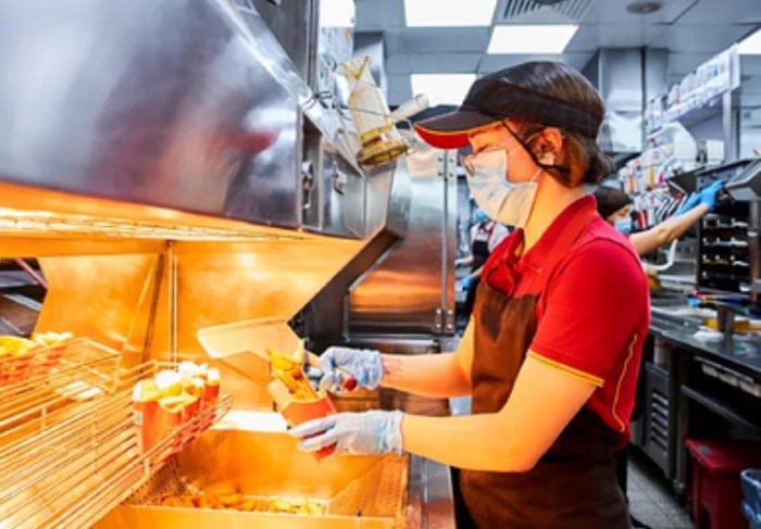 «Макдоналдс» впервые в России покажет онлайн процесс приготовления заказов